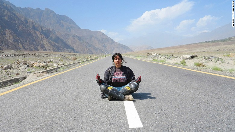 160202105526-pakistan-motorcycle-girl1the-karakoram-highway-exlarge-169