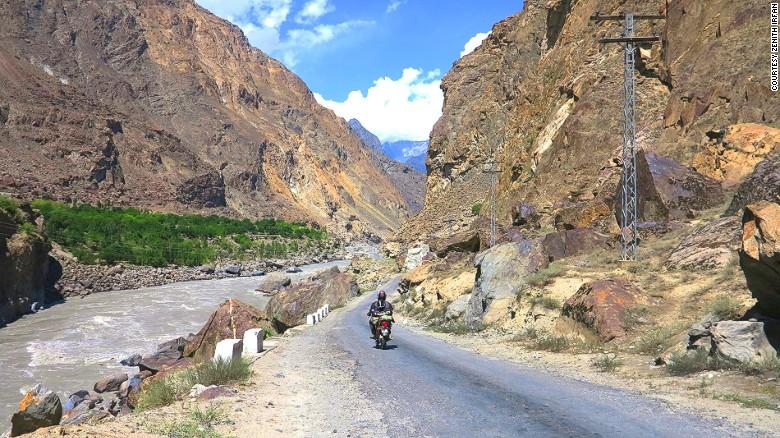 160202105930-pakistan-motorcycle-girl6karakoram-highway-in-skardu-exlarge-169