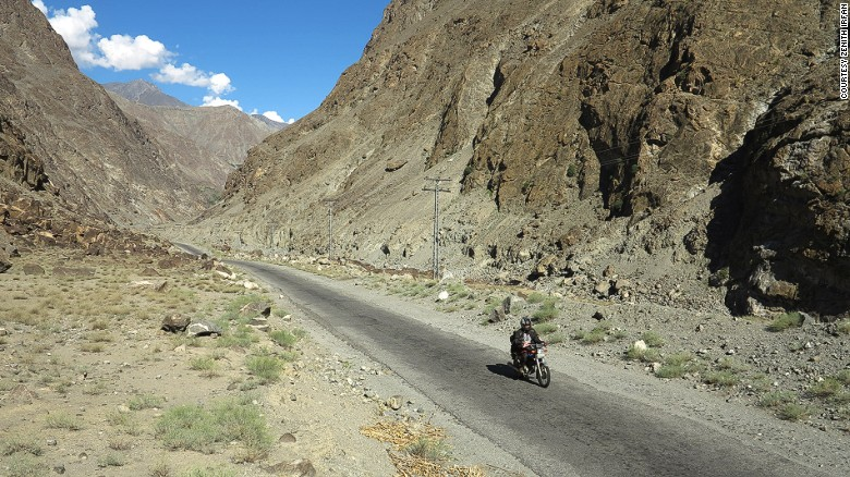160202110103-pakistan-motorcycle-girl8karakoram-highway-in-skardu-exlarge-169